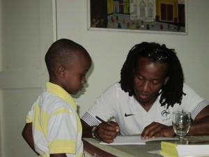 Dadou Saint-Ange : un agent de joueur jacmélien. dsa-dedicace2-300x225
